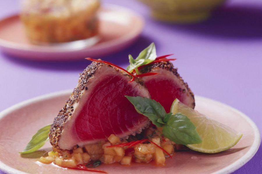 Thunfischsteak in Pfeffermantel mit Melonensalsa