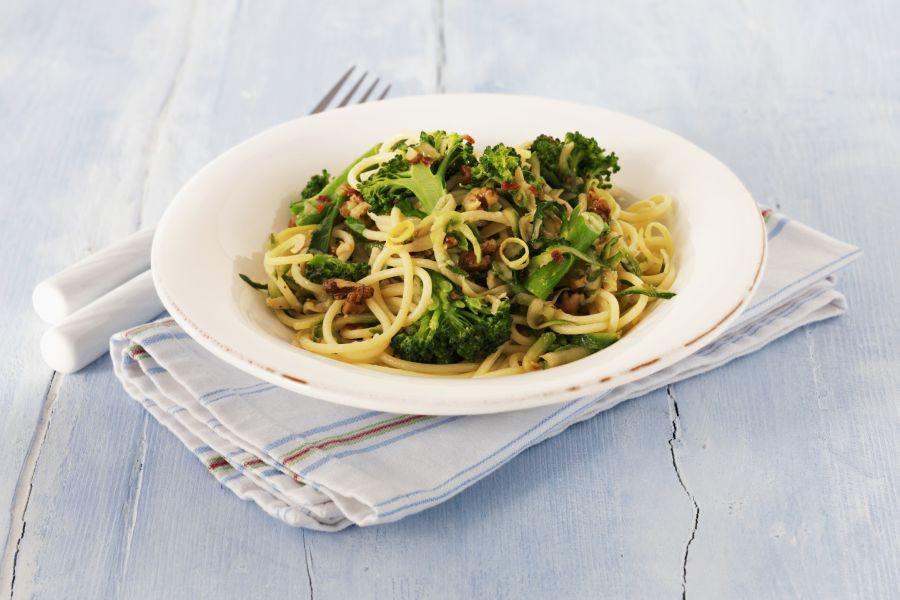 Linguine mit Brokkoli, Zitrone und Walnüssen