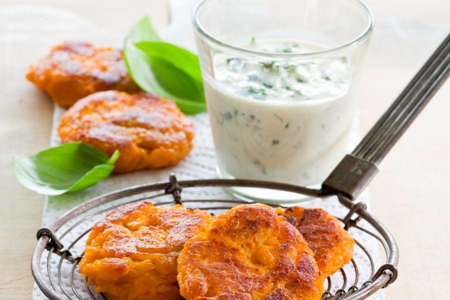 Süßkartoffelpuffer mit Kräuterdip (vegetarisch)