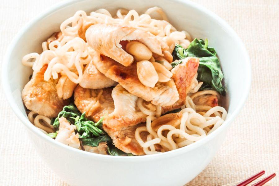 Pute mit gebratenen Nudeln, Spinat und Erdnüssen