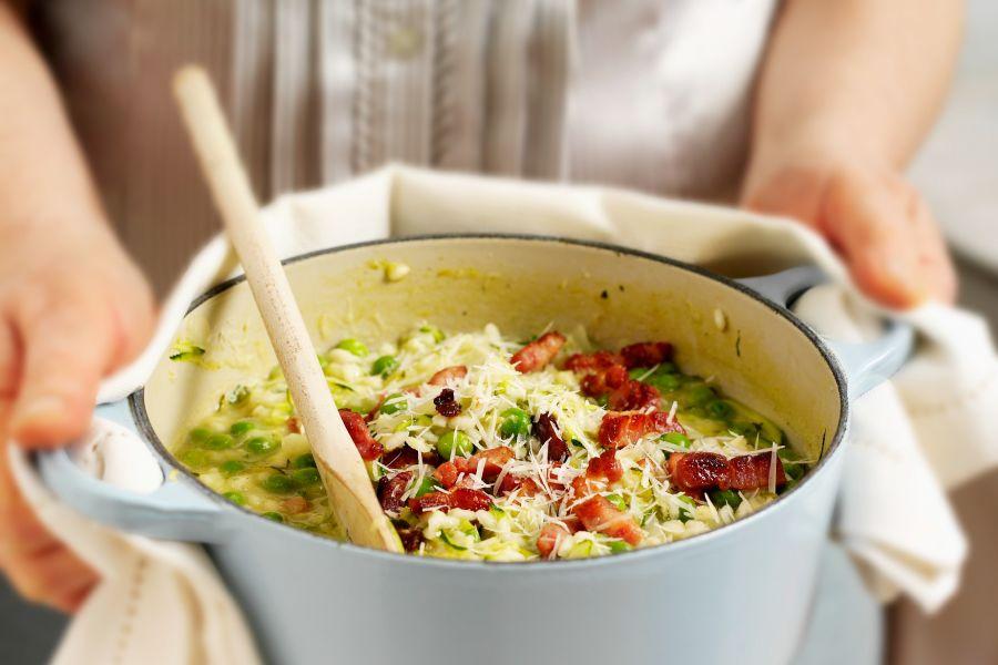 Zucchini-Erbsen-Risotto mit Bacon und Parmesan