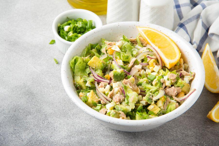 Avocado-Salat mit Ei und Thunfisch