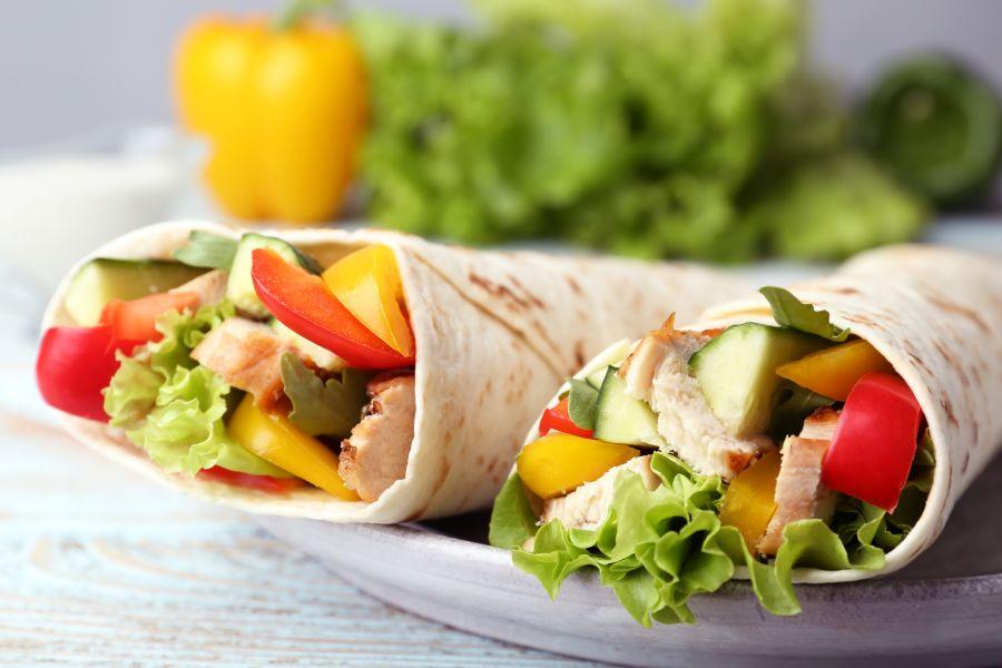 Hähnchen-Wraps mit frischem Gemüse