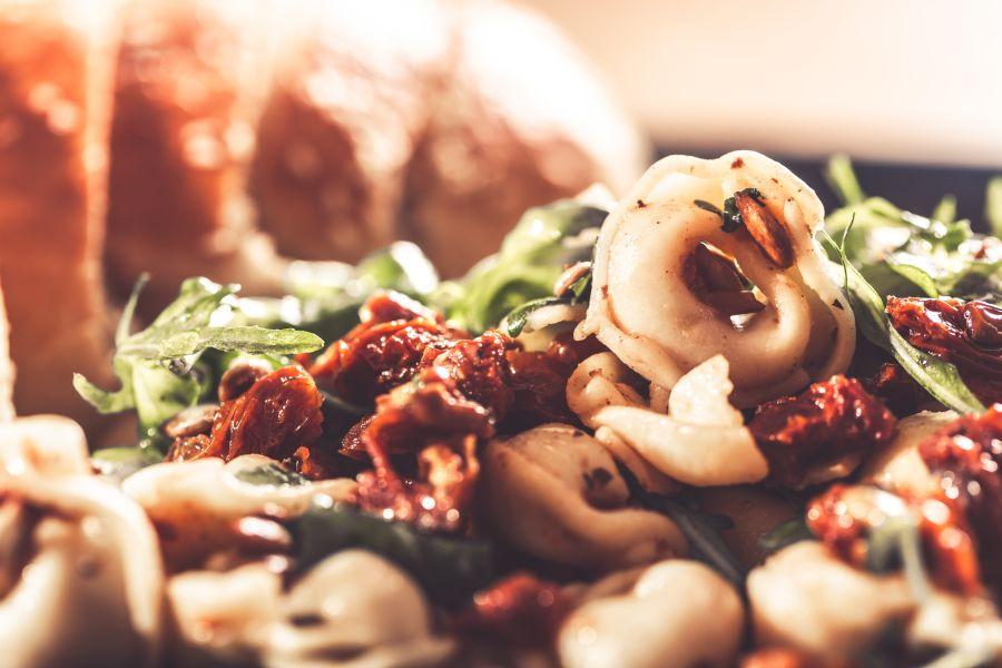 Tortelloni-Salat mit getrockneten Tomaten