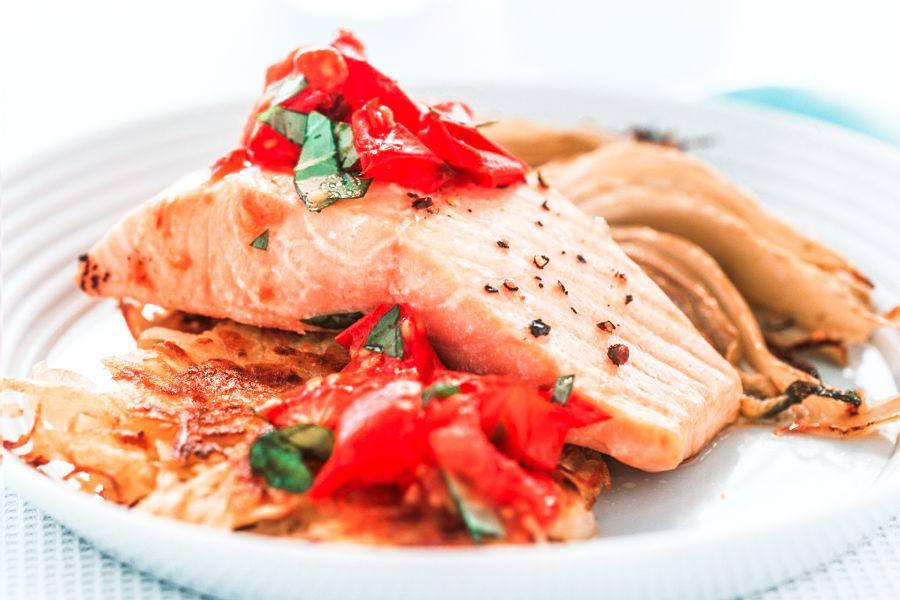 Pochierter Lachs auf Kartoffelrösti mit Fenchel
