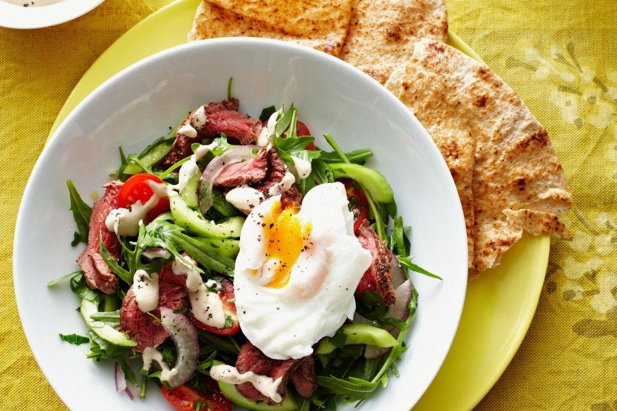 Gemüsesalat mit Rindfleisch und pochiertem Ei