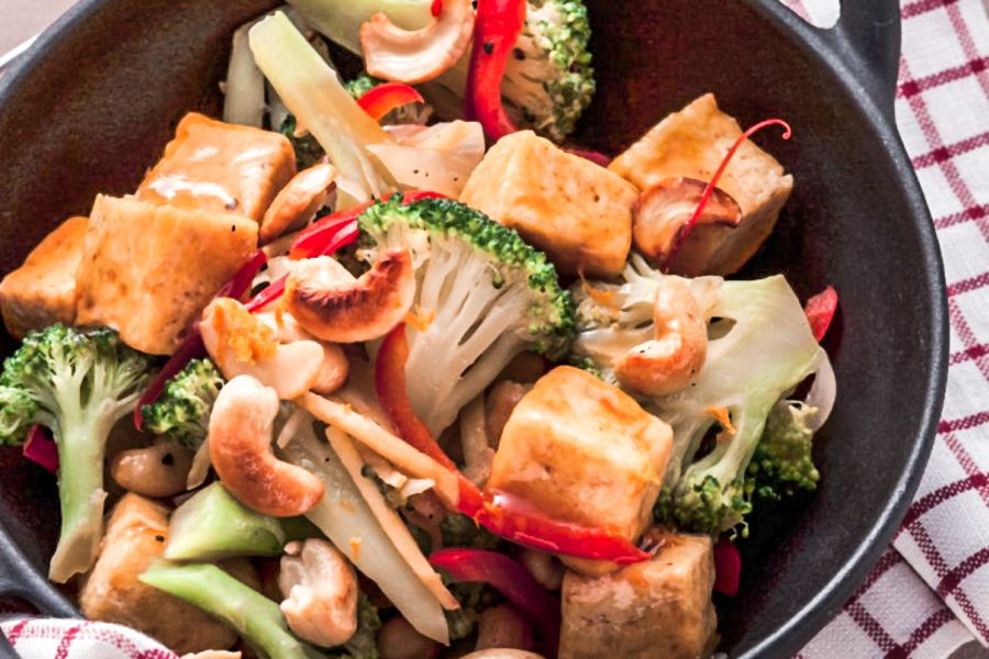 Marinierter Tofu mit Brokkoli-Cashew-Pfanne