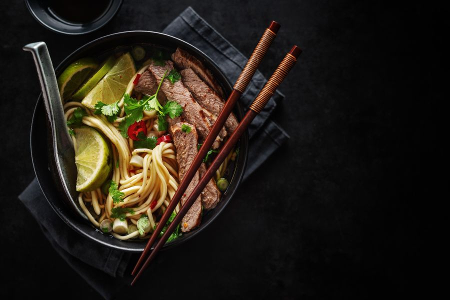 Limetten-Chili Rindfleischstreifen auf Nudeln