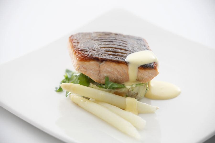 Gebratener Lachs mit Spargel und Buttersauce