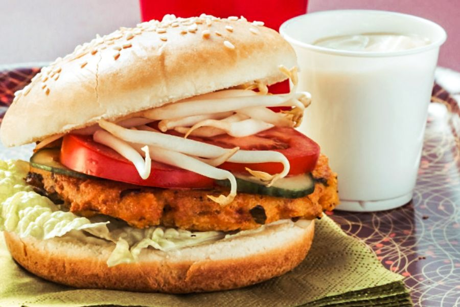 Selbstgemachter Tofu-Burger mit Sprossen
