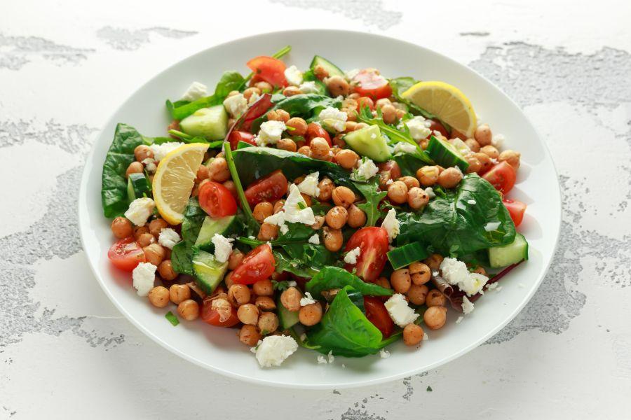 Frischer Kichererbsen-Salat mit Feta und Spinat