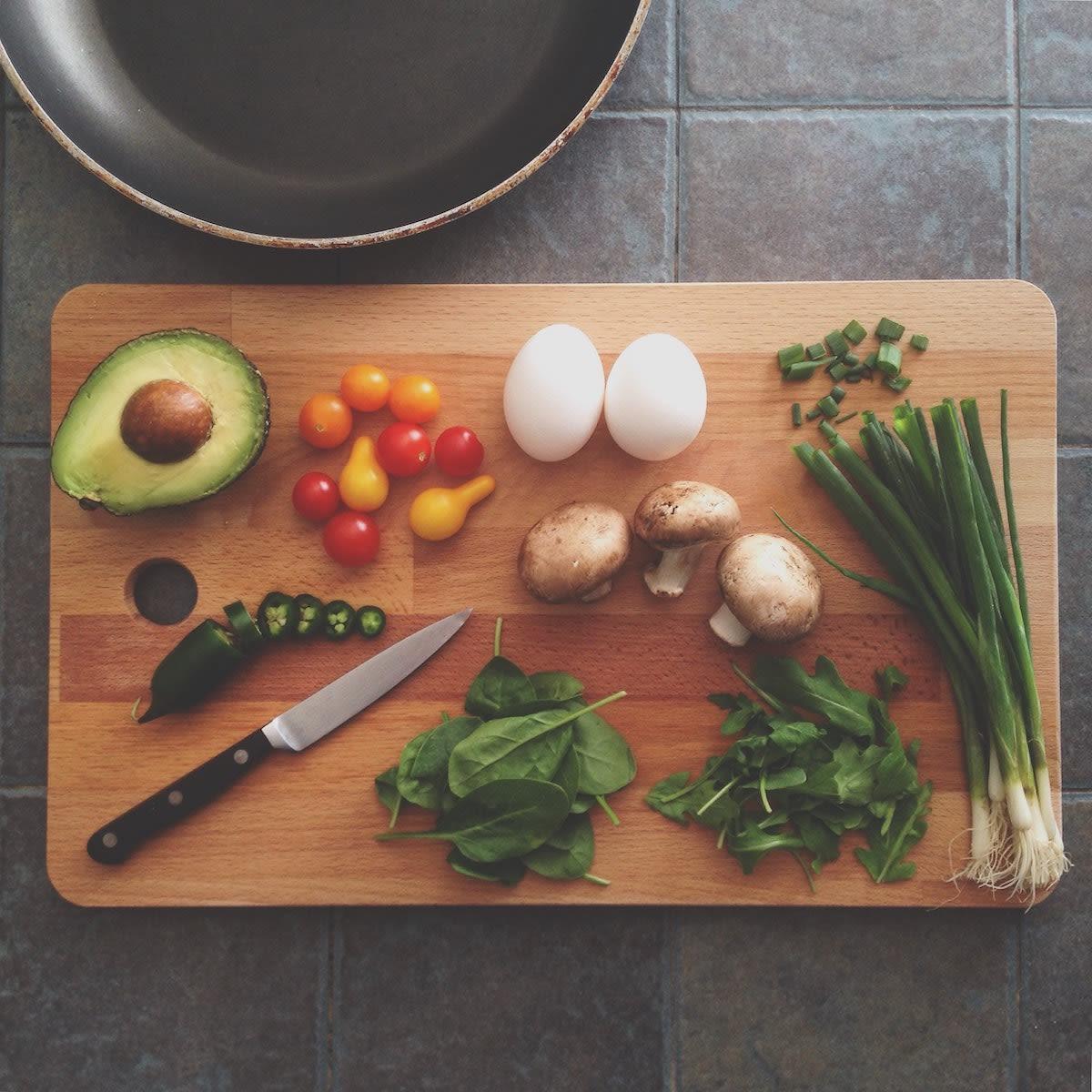 Gesundes Essen, Gemüse, Eier, Avocado, Pilze, Salat, Tomaten, Frühlingszwiebeln, Rezepte
