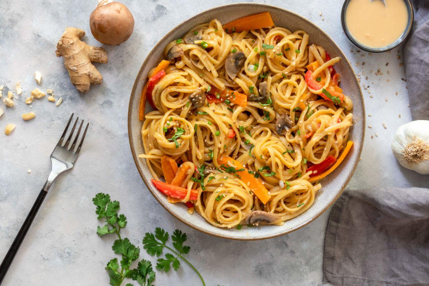 One-Pot-Pasta mit cremiger Erdnusssauce