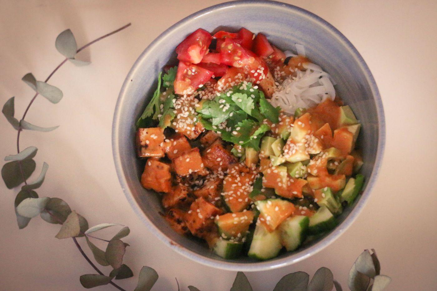 Reisnudelsalat mit Avocado und Tofu von @writteninredletters