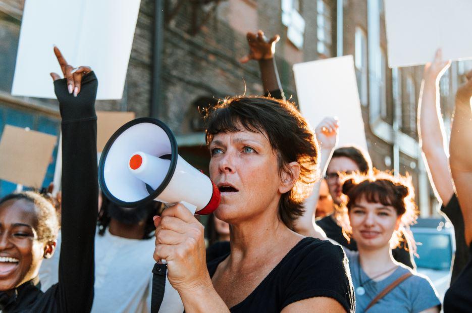 femme milite rue.JPG