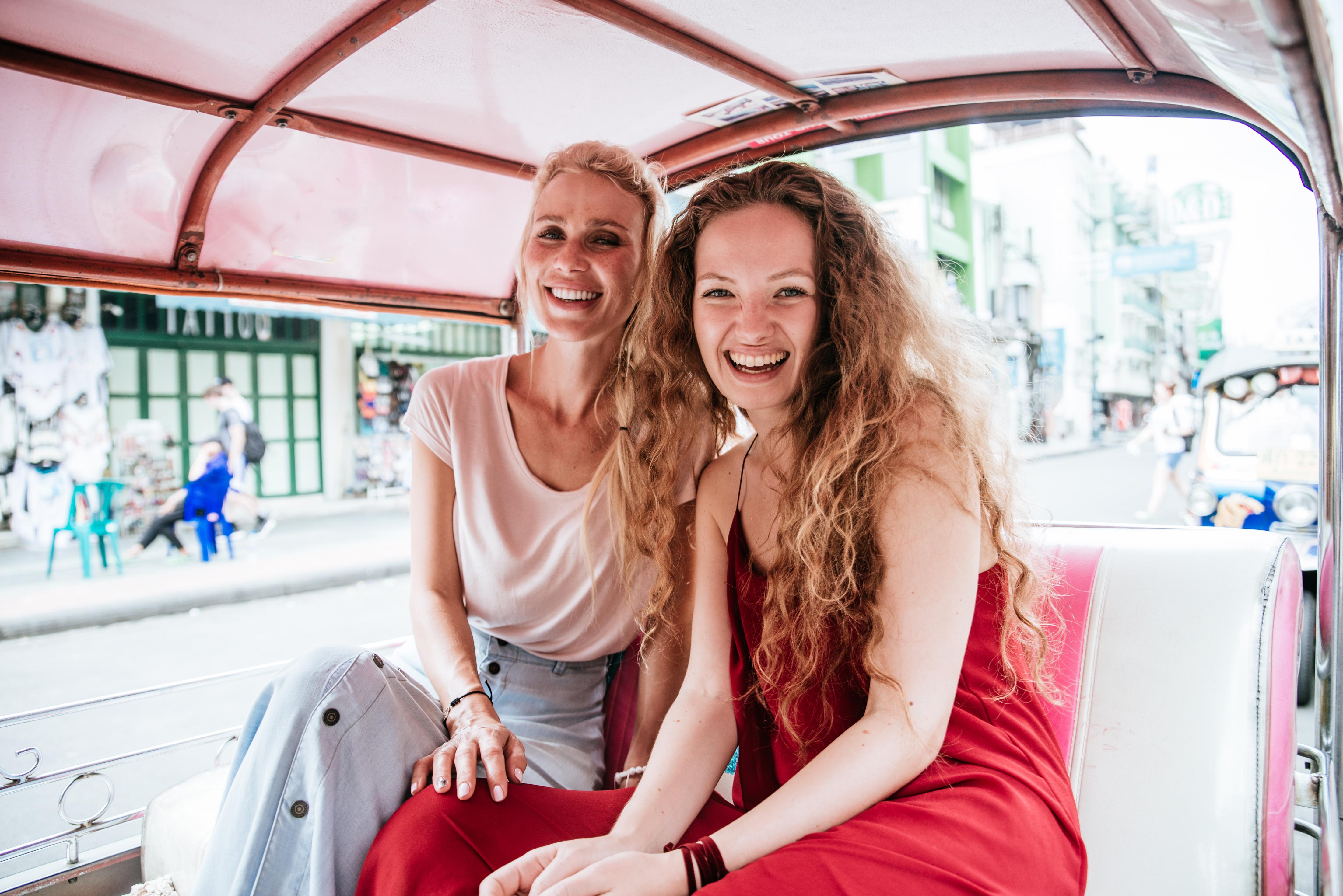 Deux amies sourient dans un taxi en Thaïlande.jpg