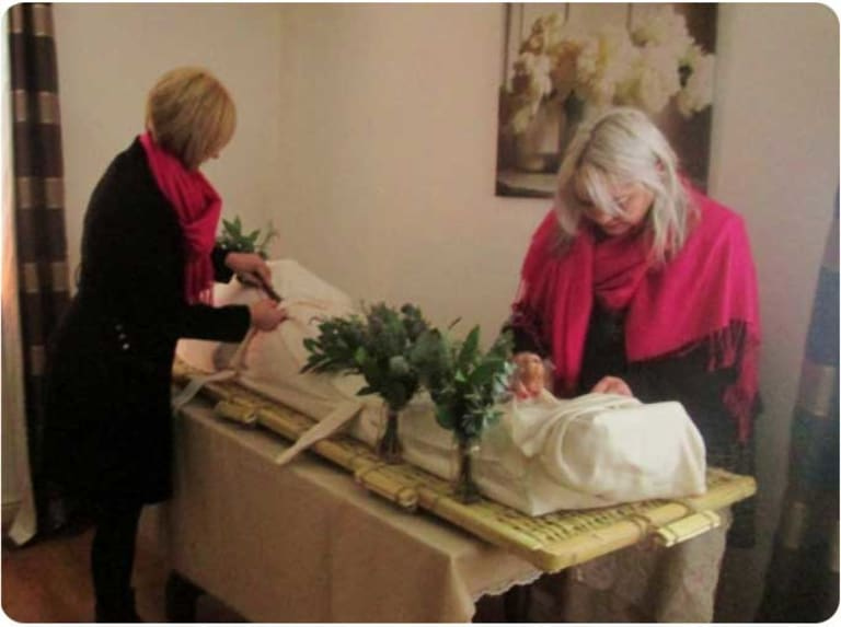 Preparing the shroud for the funeral