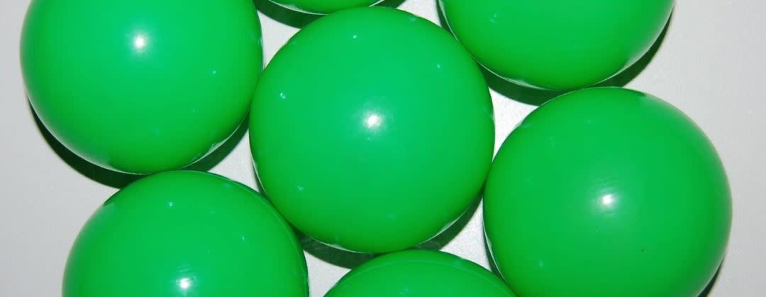 7 green juggling balls