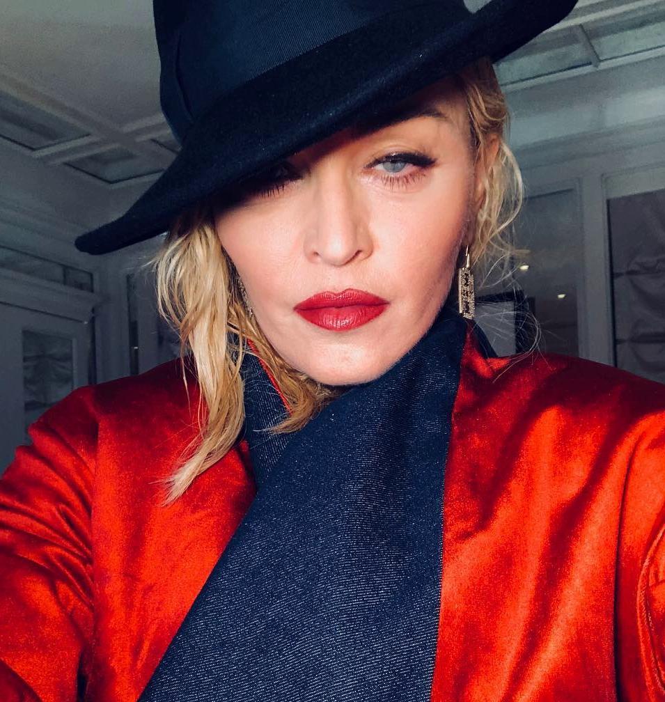 Несмотря на боль: Мадонна появилась на акции против расизма на костылях