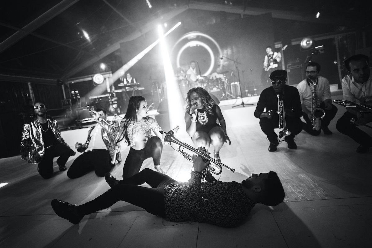 Jam Hot showband live on dance floor