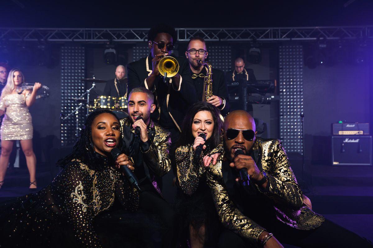 Jam Hot showband live huddle of performers