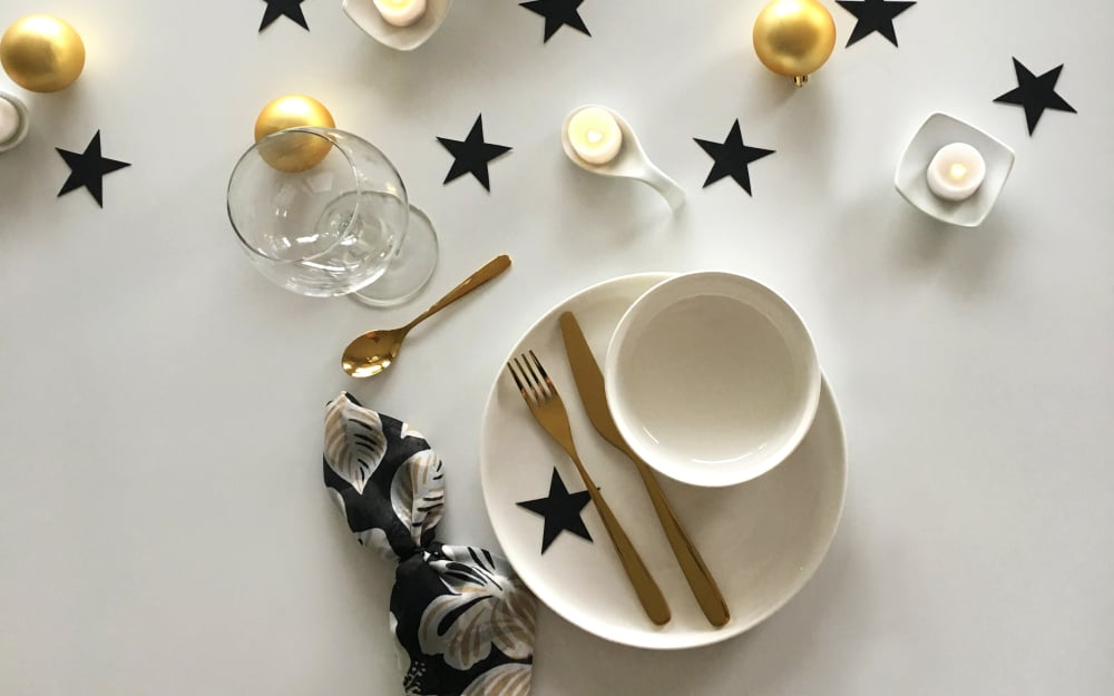 A minimal and modern christmas table setting dfordesign - Modern christmas table settings ideas ...