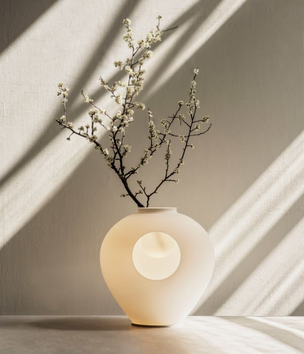 Table lamp integrated inside a vase.