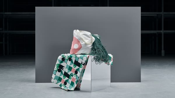 A tote bag and a tablecloth from IKEA's MUSSELBLOMMA collection.