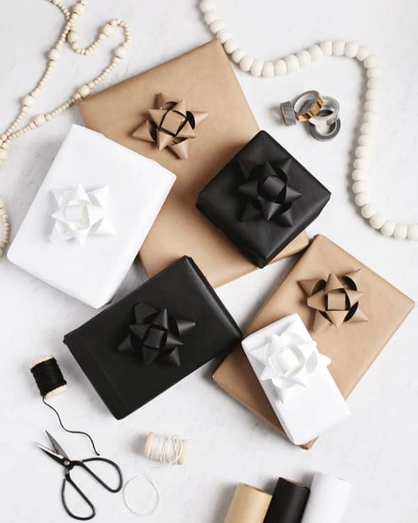 White, black and brown paper decorated with a bow made with the same paper, for a full monochromatic and very elegant look.
