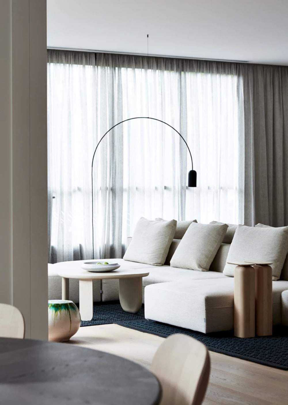 "A relaxing minimal living room design, perfect place to enjoy a moment of calm and silence.<span class=""sr-only""> (opened in a new window/tab)</span>"
