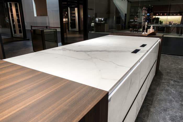 Seamless kitchen countertop, integrating a hidden induction hob.