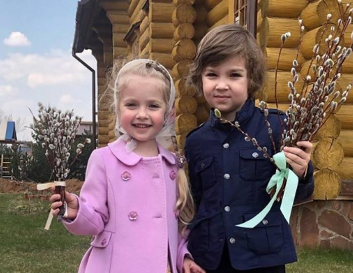 Дачная компания: Лиза Галкина в джинсовке и брюках-скинни прогулялась с братом и внучкой своей мамы