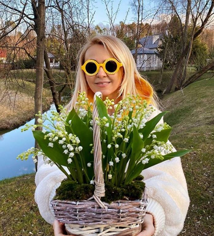 Стиль в мелочах: Рудковская в толстовке оверсайз позировала с ландышами