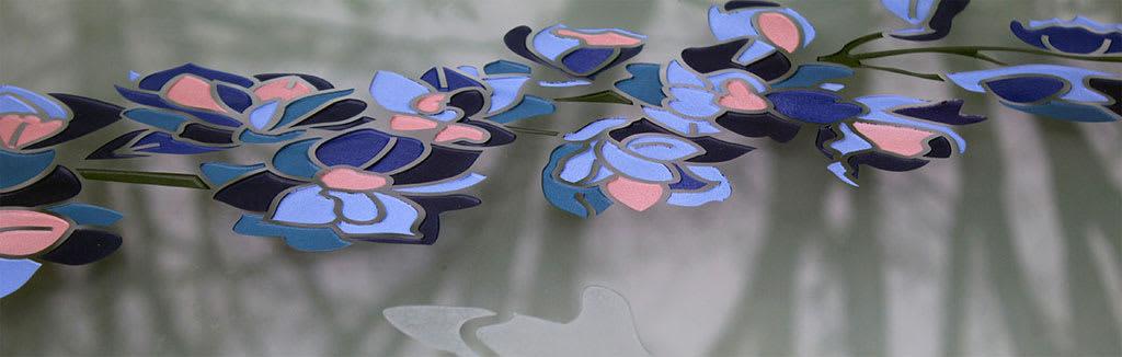 detail bloemen in glazen grafzerk