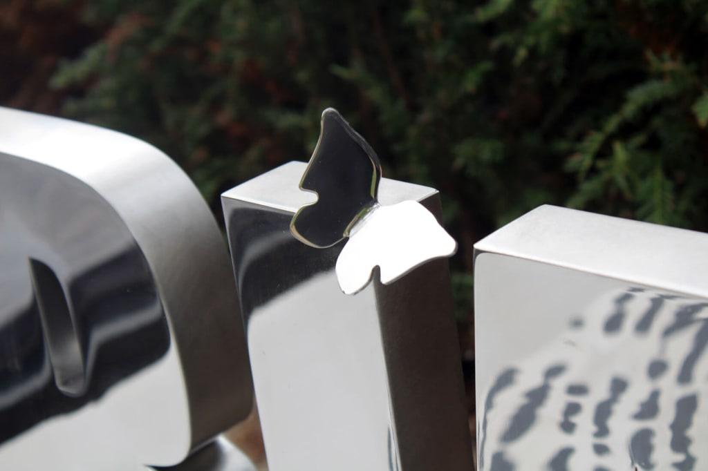 detail vlinder rvs gedenkteken