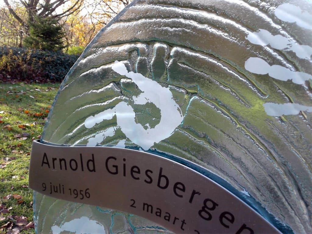 modern gedenkteken Detail handafdrukken in glazen gedenkteken met RVS voor partner