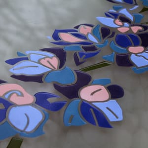 prachtige ridderspoor bloem in glas verwerkt