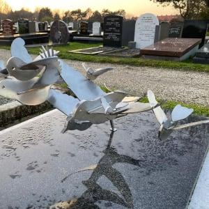 graf met RVS vogels grafkunst