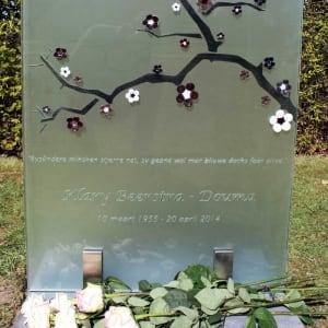 Artistiek glazen grafmonument met Japanse bloesemtak voor partner