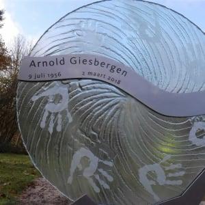 grafsteen glas met handafdrukken