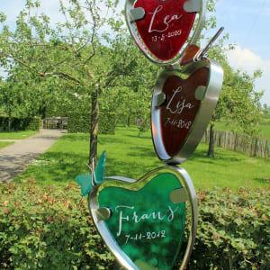 babygraf met drie glazen hartjes en vlinders