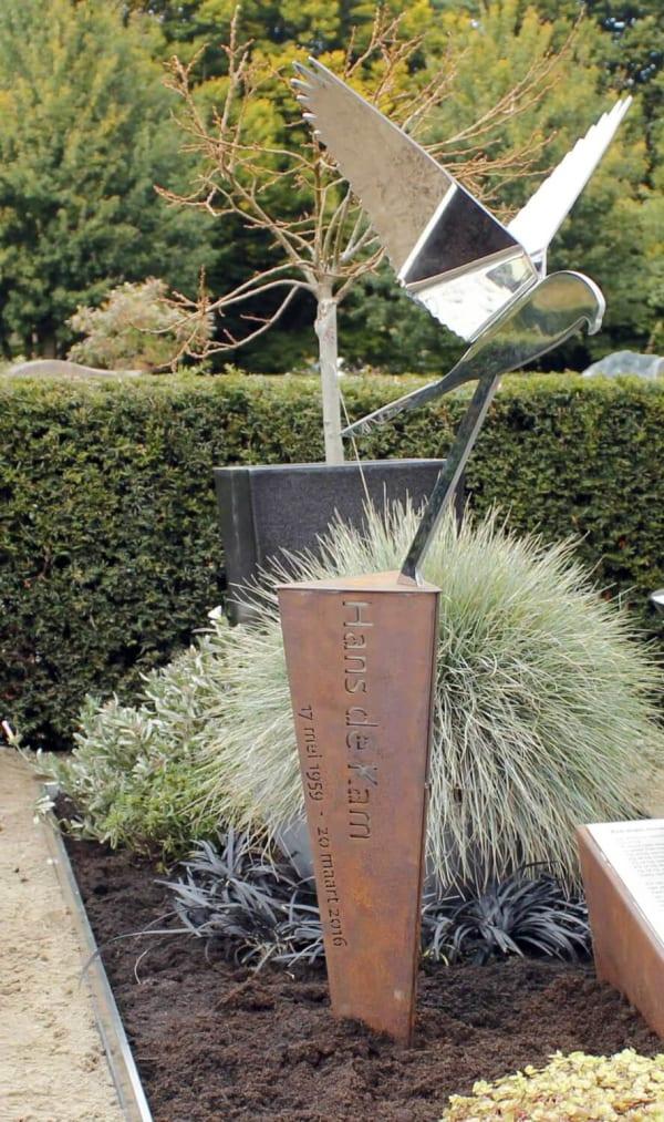 RVS valk op een bijzondere corten zuil op graf voor echtgenoot/partner