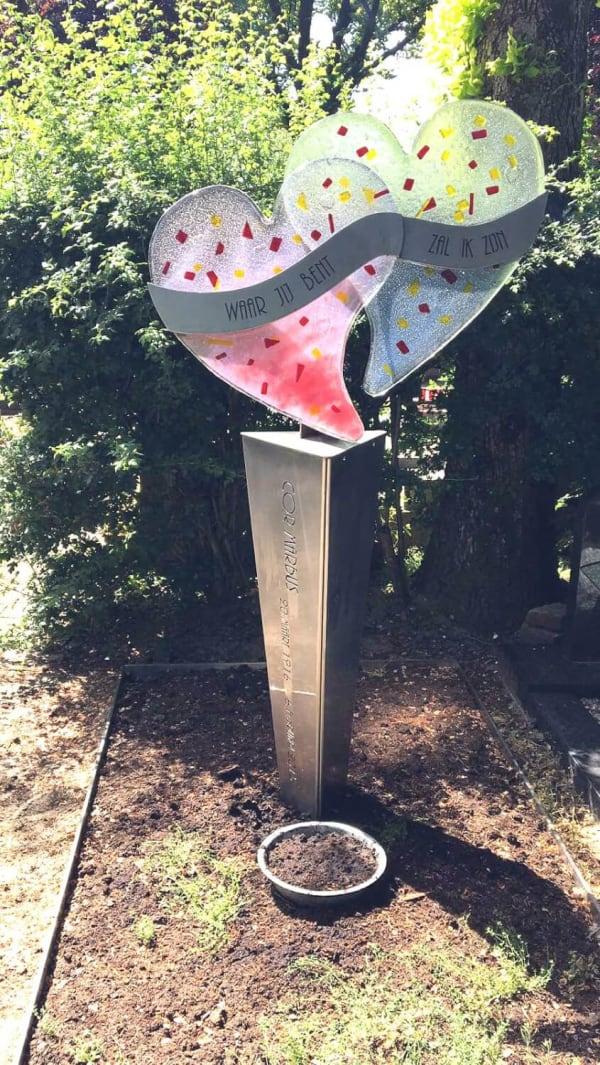 Artistiek Kleurrijk glazen gedenkteken met samengesmolten harten voor partner en ouder