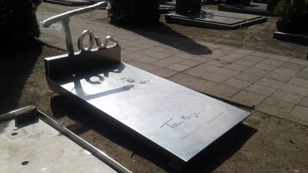 Modern grafmonument van RVS tijdens het plaatsen voor partner echtgenoot