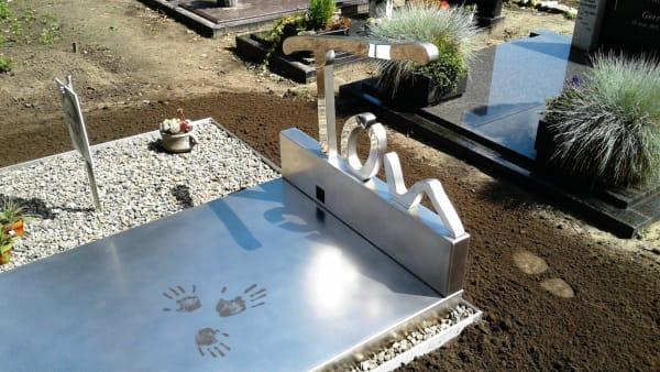 Modern grafmonument van spiegelend RVS met handafdrukken voor partner echtgenoot