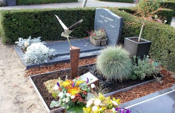 Modern grafmonument-met-vogel-valk en beplanting voor echtgenoot/partner