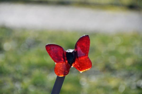 Glazen vlinder op grafsteen baby
