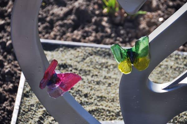 Gekleurde glazen vlinders op RVS babygraf