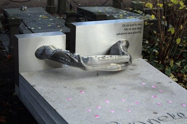 detail RVS grafkunst gedenkteken voor echtgenote op begraafplaats zorgvlied
