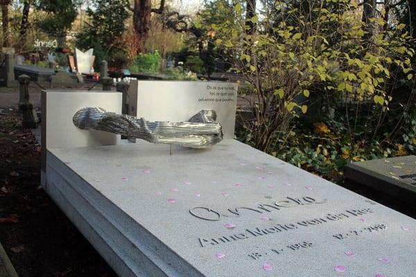 grafkunst gedenkteken voor partner Anneke op begraafplaats zorgvlied
